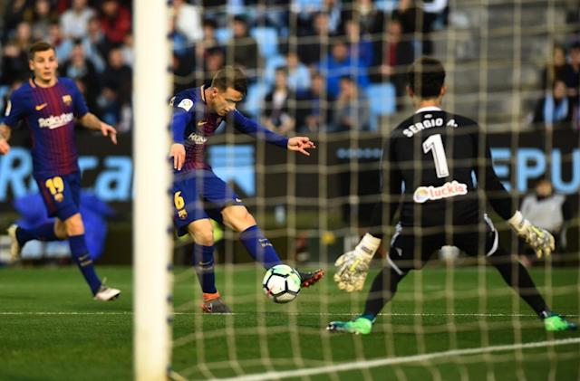 Barcelona's Denis Suarez (C) shoots at the goal guarded by Celta Vigo's Sergio Alvarez at the Balaidos stadium in Vigo on April 17, 2018 (AFP Photo/MIGUEL RIOPA)