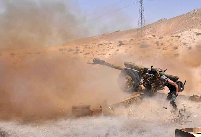A Syrian army soldier fires artillery shells towards Islamic State group jihadists in northeastern Palmyra on May 17, 2015 (AFP Photo/)