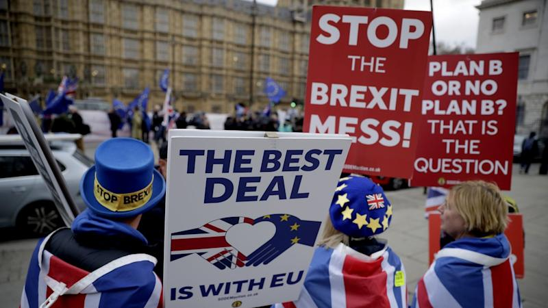 Anti-Brexit-Demonstranten vor dem Parlament in London. Foto: Matt Dunham/AP