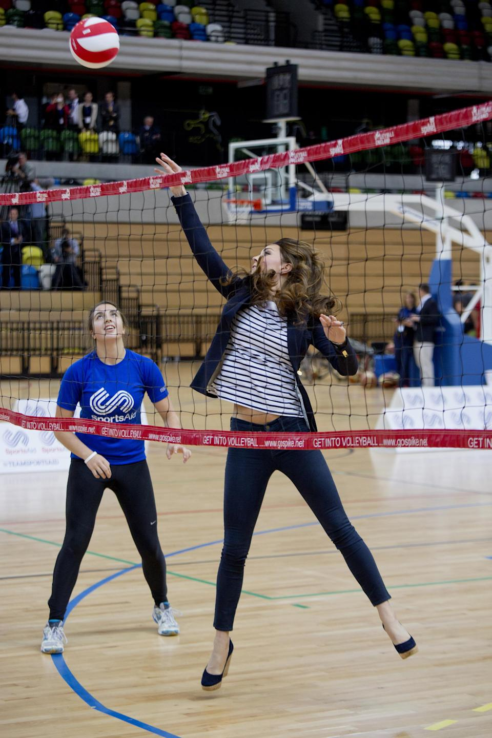 Britain's Catherine, Duchess of Cambridge, plays volleyball as she attends a SportsAid athlete workshop at the Copper Box in the Olympic Park in London October 18, 2013.     REUTERS/David Bebber/pool (BRITAIN  - Tags: ENTERTAINMENT ROYALS SPORT TPX IMAGES OF THE DAY SPORT VOLLEYBALL)