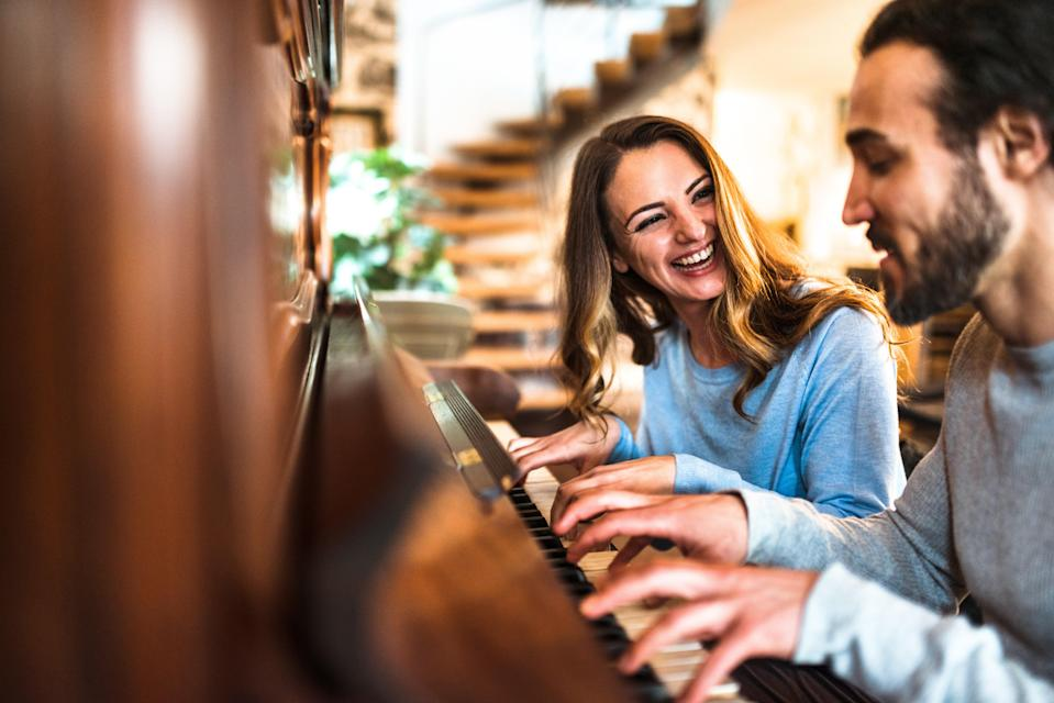 """<h1 class=""""title"""">french couple playing the piano in a parisen house</h1><cite class=""""credit"""">franckreporter</cite>"""