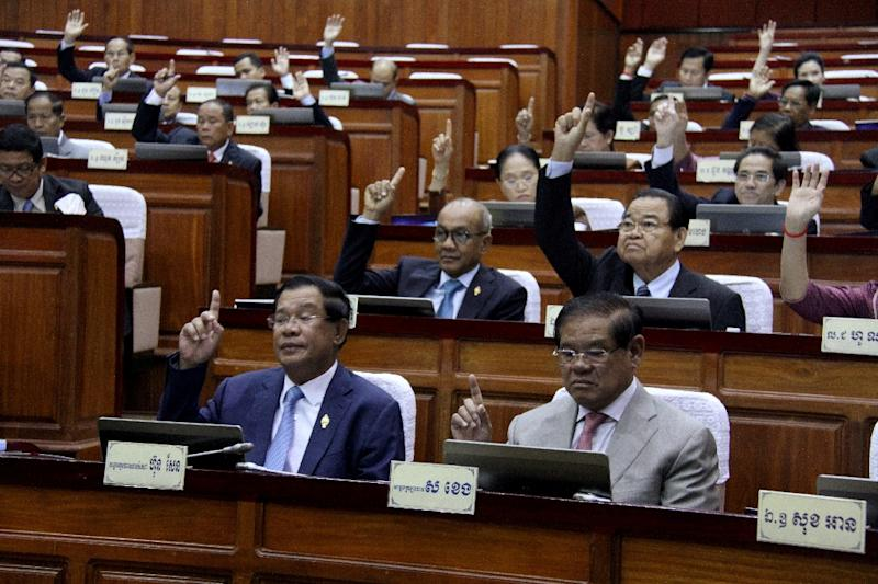 Cambodian Prime Minister Hun Sen (front row) votes during a meeting of the National Assembly in Phnom Penh, on February 20, 2017 (AFP Photo/)