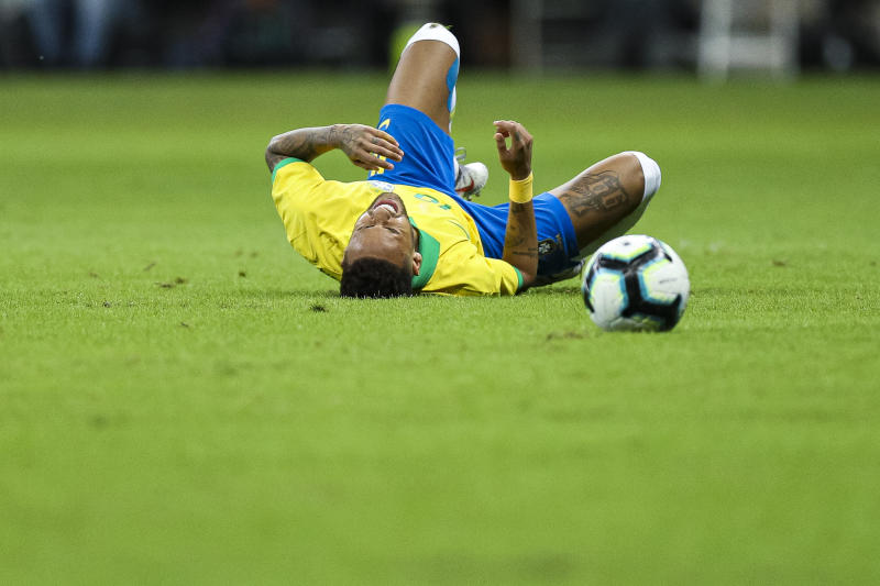 BRASILIA, BRAZIL - JUNE 05: Neymar Jr of Brazil reacts after an injury reacts during the International Friendly Match between Brazil and Qatar at Mane Garrincha Stadium on June 5, 2019 in Brasilia, Brazil. (Photo by Buda Mendes/Getty Images)