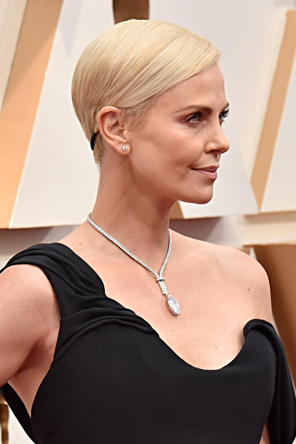 """Tucked away in the back of Charlize Theron's side-swept pixie cut was a thin black-and-gold headband that complemented her gown.<span class=""""copyright"""">Photo: Jeff Kravitz/FilmMagic.</span>"""