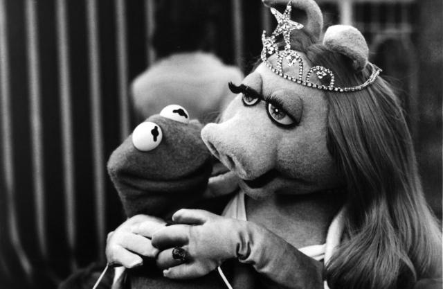 Kermit the Frog (Jim Henson) and Miss Piggy (Frank Oz) on theset of <em>The Muppet Movie</em> in 1979. (Photo: Michael Ochs Archives/Getty Images)