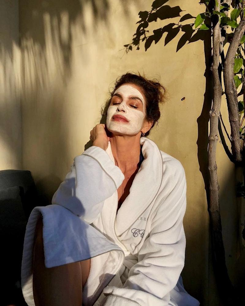 Cindy Crawford dons a face mask. Photo courtesy of Instagram.