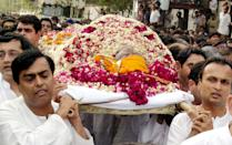 Mukesh (L) and Anil (R) Ambani carry the body of their father Dhirubhai Ambani, founder and chairman of India's largest private sector company, Reliance Industries, to the Chandanwadi crematorium in Bombay, 07 July 2002. Ambani died late 06 July 2002 at the Breach Candy hospital where he was adimitted 24 June after suffering a stroke. AFP PHOTO/Sebastian D'SOUZA