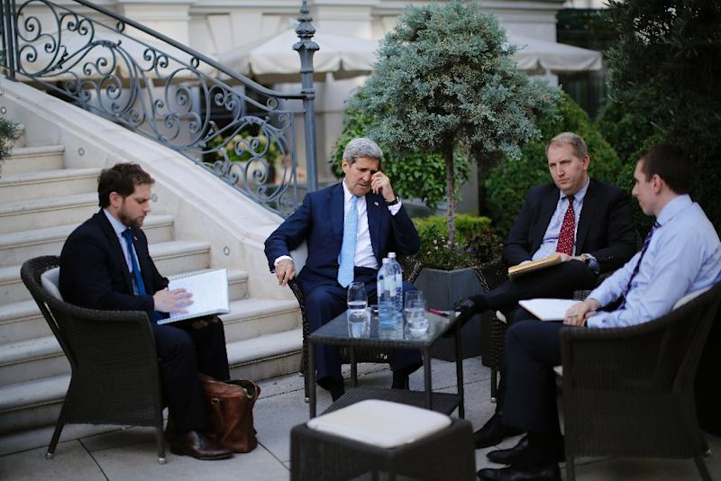 US Secretary of State John Kerry (C) and State Department Chief of Staff Jon Finer (L) meet with members of the US delegation during Iran nuclear talks in Vienna (AFP Photo/Carlos Barria)