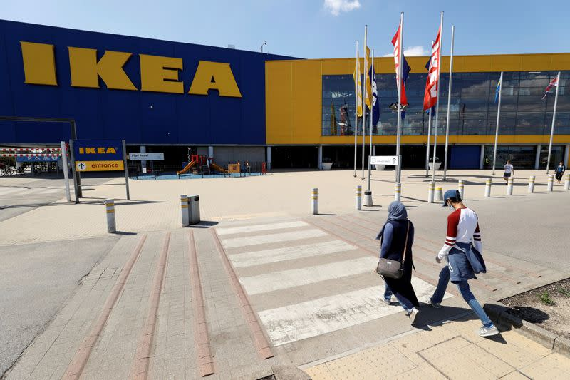 IKEA bolts on kitchen installer Traemand in services shift