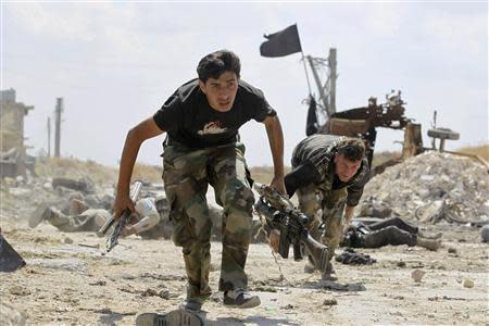 Free Syrian Army fighters run for cover from snipers on the front line in Aleppo's Sheikh Saeed neighbourhood September 21, 2013. REUTERS/Molhem Barakat