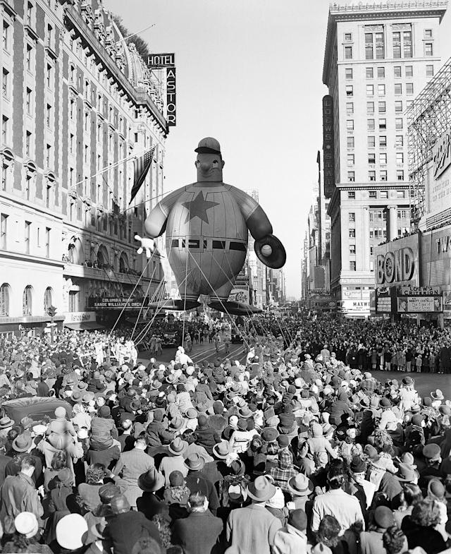 <p>A giant baseball player float moves down 7th Avenue during the Macy' Thanksgiving Day Parade on Nov. 28, 1946. (Photo: John Rooney/AP) </p>