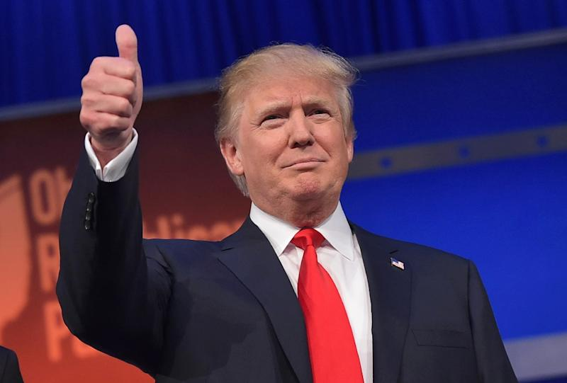 Donald Trump flashes the thumbs-up as he arrives on stage for the start of the prime time Republican presidential debate on August 6, 2015 in Cleveland, Ohio (AFP Photo/Mandel Ngan)