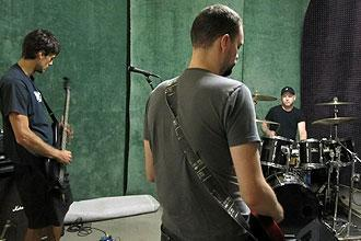 Chris Kluwe practices with his bandmates