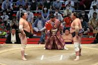 Hakuho prepares for a fight at the Grand Sumo Tournament in Nagoya (AFP/STR)