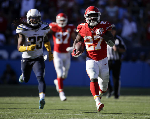"<a class=""link rapid-noclick-resp"" href=""/nfl/players/30199/"" data-ylk=""slk:Kareem Hunt"">Kareem Hunt</a> continues to dominate, and he highlights this week's look around the league. (AP Photo/Jae C. Hong)"