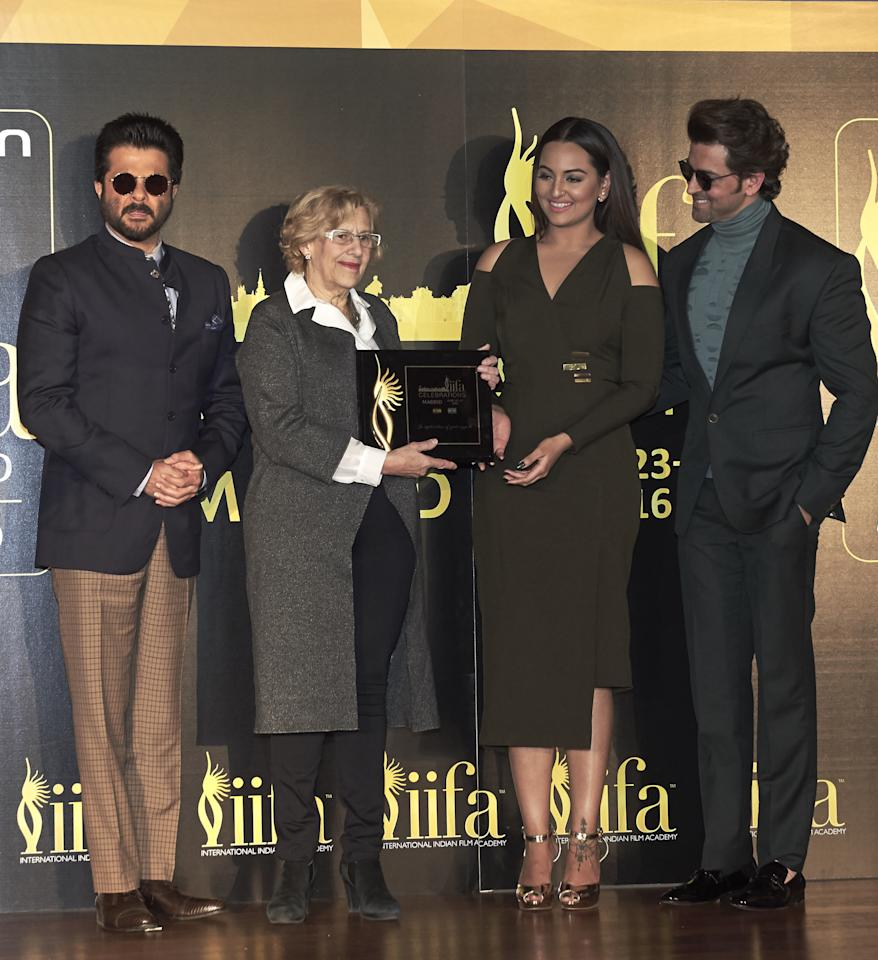MADRID, SPAIN - MARCH 14:  (L-R) Indian actor Anil Kapoor, Mayor of Madrid Manuela Carmena Indian actress Sonakshi Sinha and Indian actor Hrithik Roshan attend the 17th International Indian Film Academy (IIFA) awards press conference at the Retiro Park on March 14, 2016 in Madrid, Spain.  (Photo by Carlos Alvarez/Getty Images)
