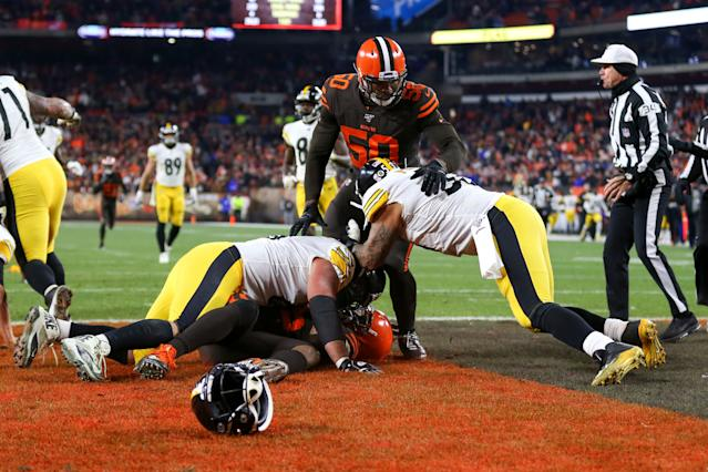 David DeCastro and Maurkice Pouncey on Myles Garrett (Credit: Getty Images)