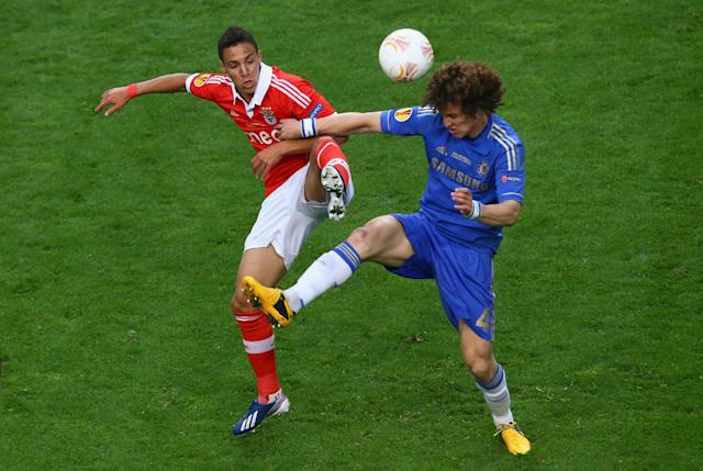 AMSTERDAM, NETHERLANDS - MAY 15: Lorenzo Melgarejo of Benfica and David Luiz of Chelsea compete for the ball during the UEFA Europa League Final between SL Benfica and Chelsea FC at Amsterdam Arena on May 15, 2013 in Amsterdam, Netherlands. (Photo by Christof Koepsel/Getty Images)