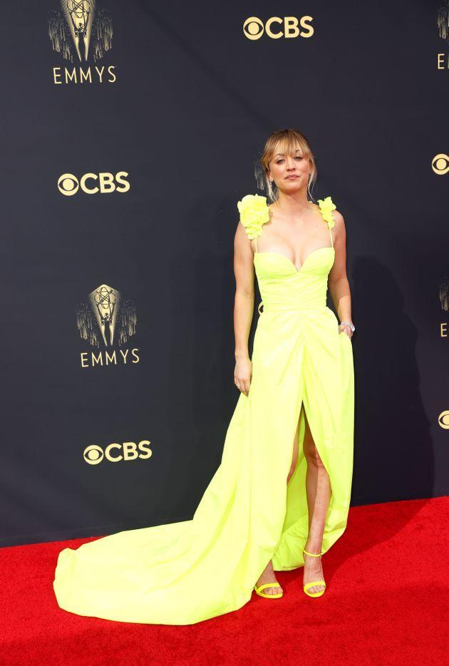 Kaley Cuoco goes with citrus hues on the red carpet for the 73rd Primetime Emmy Awards on Sunday in Los Angeles. (Photo: Jay L. Clendenin/Los Angeles Times via Getty Images)