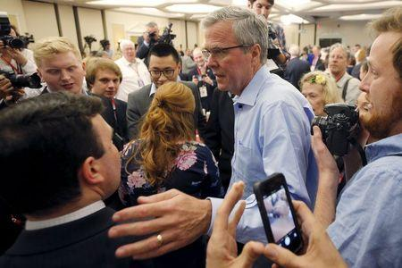 Former Florida Governor and probable 2016 Republican presidential candidate Jeb Bush greets audience members after speaking at the First in the Nation Republican Leadership Conference in Nashua, New Hampshire April 17, 2015.  REUTERS/Brian Snyder