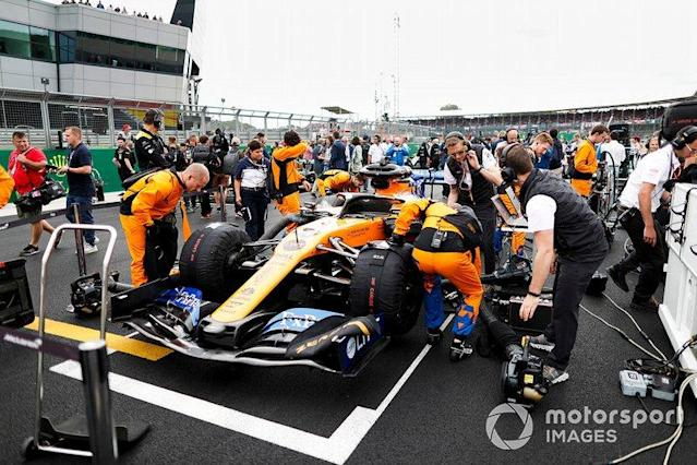"Mechanics on the grid with the car of Carlos Sainz Jr., McLaren MCL34 <span class=""copyright"">Zak Mauger / Motorsport Images</span>"