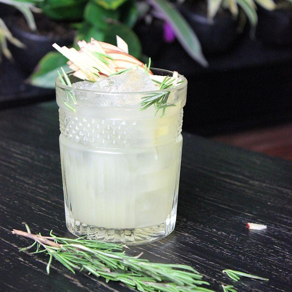 <p><strong>What you need:</strong></p><p>25ml Slingsby London Dry Gin</p><p>50ml Cloudy Apple Juice</p><p>25ml Lemon Juice</p><p>12.5ml Rosemary Syrup </p><p>Shake and strain into a rocks glass with an ice ball. Garnish with spiralized apple and rosemary. <br><br></p>