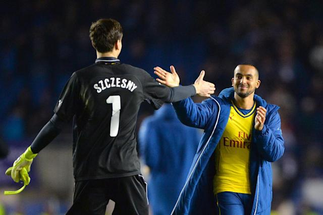 Arsenal's English midfielder Theo Walcott (R) celebrates with goalkeeper Wojciech Szczesny at the end of the FA Cup fourth round football match between Brighton & Hove Albion and Arsenal in Brighton on January 25, 2015 (AFP Photo/Glyn Kirk)