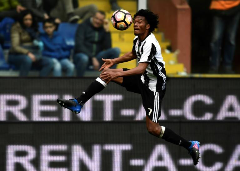 Juventus' forward Juan Cuadrado controls the ball on March 19, 2017 at the Luigi Ferraris stadium in Genova