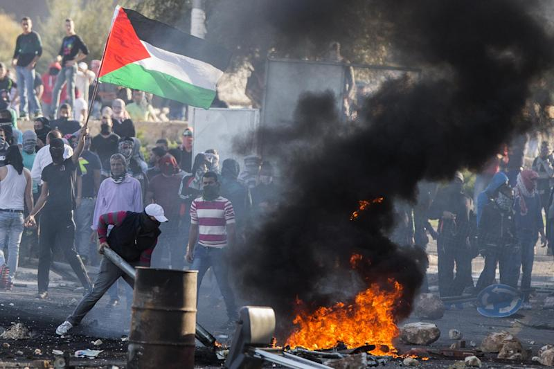 Arab Israeli youths clash with Israel security forces in the town of Kfar Kana, in northern Israel on November 9, 2014 (AFP Photo/Jack Guez)
