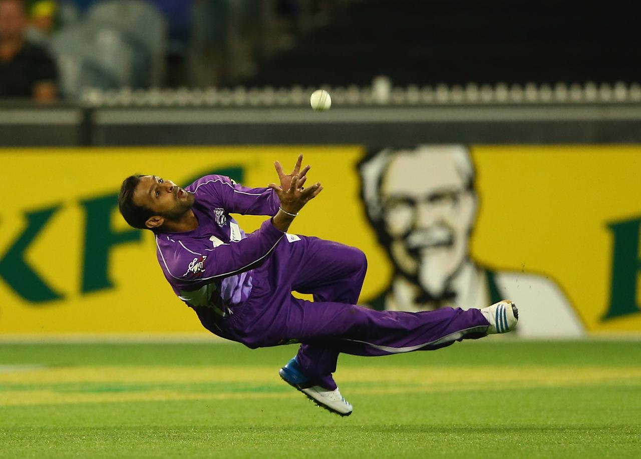 MELBOURNE, AUSTRALIA - JANUARY 21:  Shoaib Malik of the Hurricanes attempts to take a catch during the Big Bash League match between the Melbourne Stars and the Hobart Hurricanes at Melbourne Cricket Ground on January 21, 2014 in Melbourne, Australia.  (Photo by Robert Cianflone/Getty Images)