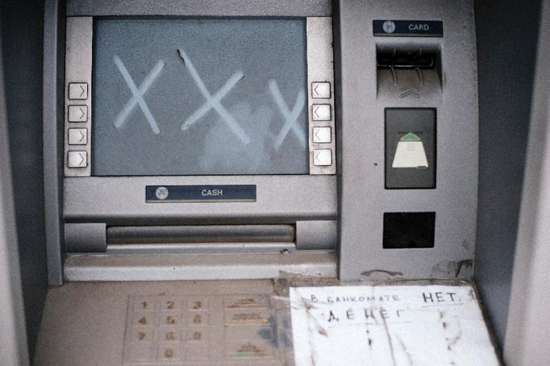 A broken ATM machine in the eastern Ukrainian city of Donetsk, on March 31, 2015 (AFP Photo/Dimitar Dilkoff)