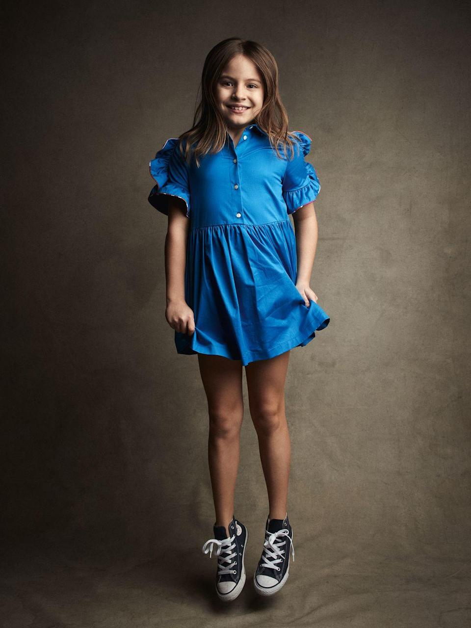 <p>Victoria. Abito con volant sulle maniche, <strong>Emilio Pucci Junior</strong> (354 euro), sneakers <em>Chuck Taylor All Star </em><em>Classic</em> di <strong>Converse </strong>(50 euro).</p>