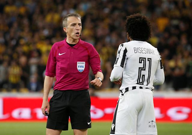 Soccer Football - Greek Cup Final - AEK Athens vs PAOK Salonika - Athens Olympic Stadium, Athens, Greece - May 12, 2018 PAOK Salonika's Diego Biseswar speaks with referee David Fernandez Borbalan REUTERS/Alkis Konstantinidis