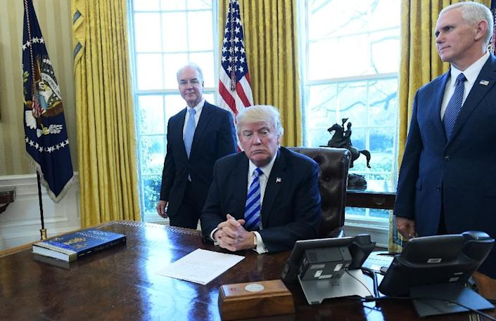 US President Donald Trump, with Vice President Mike Pence (R) and Health and Human Services Secretary Tom Price (L), speaks from the Oval Office of the White House in Washington, DC, on March 24, 2017 (AFP Photo/MANDEL NGAN)