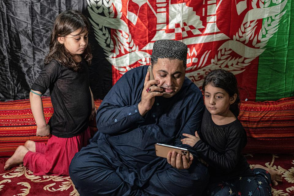 """<div class=""""paragraphs""""><p>Mohammad Khan with his daughter, Malali and Pashtana in Howrah</p></div>"""