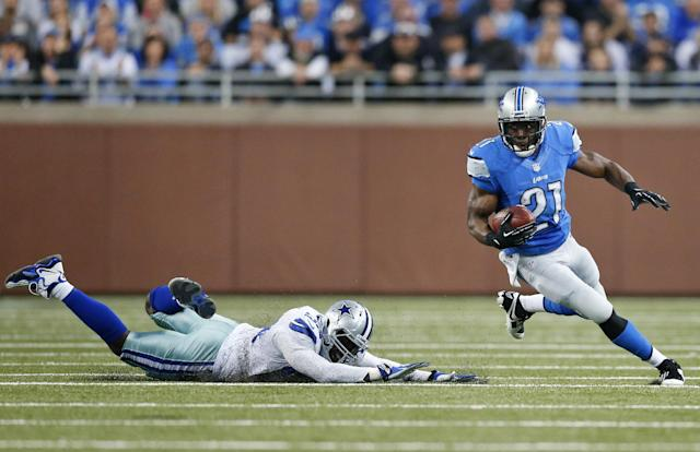 Detroit Lions running back Reggie Bush (21) turns the corner on a diving Dallas Cowboys outside linebacker Justin Durant (52) in the second quarter of an NFL football game in Detroit, Sunday, Oct. 27, 2013. (AP Photo/Rick Osentoski)