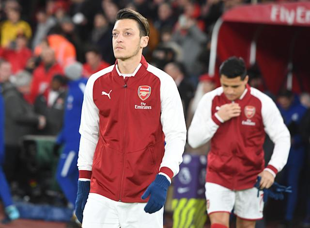 "Mesut Ozil (front) and <a class=""link rapid-noclick-resp"" href=""/soccer/players/alexis-sánchez"" data-ylk=""slk:Alexis Sanchez"">Alexis Sanchez</a> (back) before <a class=""link rapid-noclick-resp"" href=""/soccer/teams/arsenal/"" data-ylk=""slk:Arsenal"">Arsenal</a>'s clash with <a class=""link rapid-noclick-resp"" href=""/soccer/teams/chelsea/"" data-ylk=""slk:Chelsea"">Chelsea</a>. Sanchez is leaving the club, but could Ozil be set to stay? (Getty)"