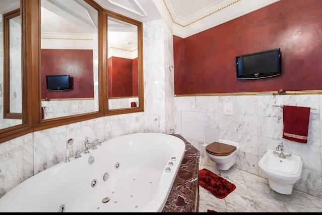 <p>The bathroom is well-equipped with a toilet, bidet and jacuzzi, and of course a TV.<br>(Airbnb) </p>