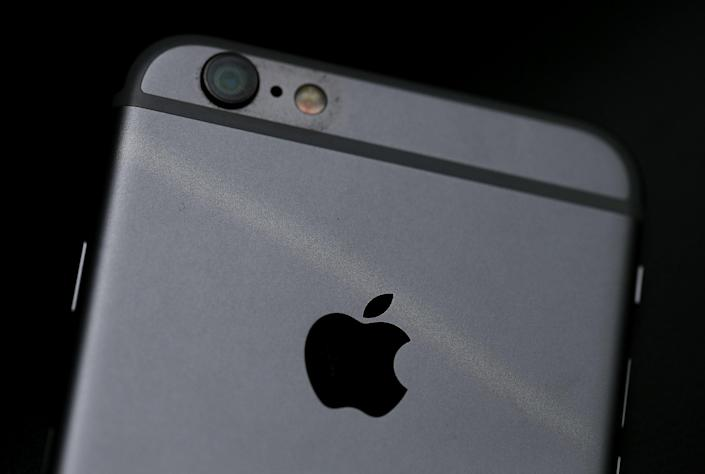 Apple logo is displayed on an iPhone 6 on July 21, 2015 in San Francisco, California (Getty Images)