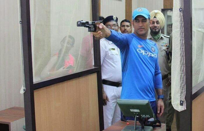 <p><strong>Kolkata, Sep 20 (Cricketnmore):</strong> Straight after playing foot volleyball with his teammates here at the Eden Gardens on Wednesday, former India captain Mahendra Singh Dhoni headed to Kolkata Police Training School for a pistol shooting session.</p>