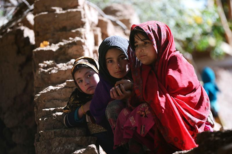 Pakistani earthquake survivors sit in the midst of the rubble of destroyed homes in Charun Avir village, north of Chitral, on October 29, 2015 (AFP Photo/Farooq Naeem)