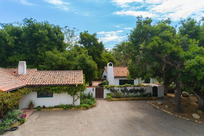 Oprah purchased this compound, which includes a main house (originally built by local architect James Osborne Craig), a guest house, a carriage house, a pool house, and a gated equestrian facility, from Jeff Bridges.
