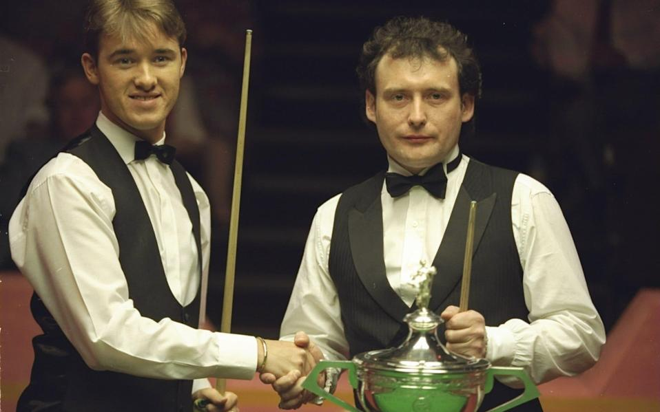 Stephen Hendry and Jimmy White battle to qualify for the World Championship - Allsport