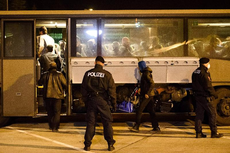 Migrants board a bus before being transferred from Slovenia to the Austrian side of the border crossing between Sentilj and Spielfeld on October 18, 2015 (AFP Photo/Jure Makovec)