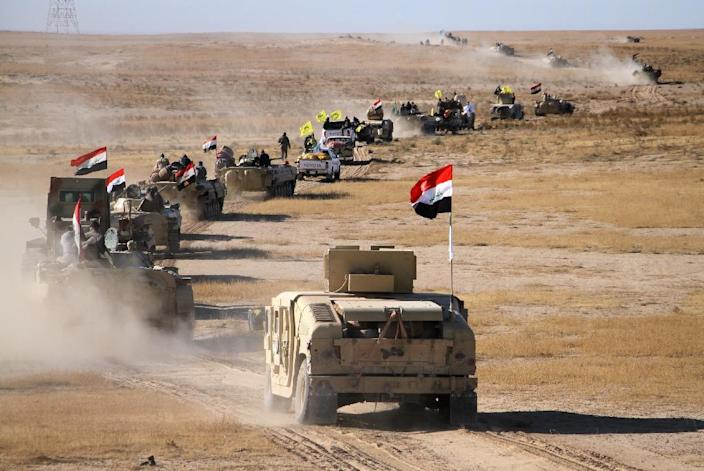 Iraqi forces, supported by members of the Hashed al-Shaabi (Popular Mobilisation units), advance in Iraq's western desert on November 23, 2017 as they seek to flush out the last pockets of Islamic State group fighters in the country (AFP Photo/STRINGER)