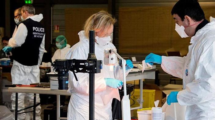 Forensic experts of the French gendarmerie disaster victim identification unit (UGIVC) working under a tent near the site of the March 24 crash of a Germanwings Airbus A320 (AFP Photo/-)
