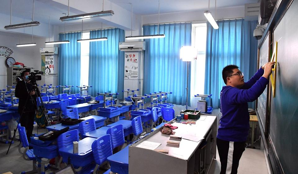 Physics teacher Zhao Chuanliang, right, gives an online class for students at a local high school in Zhengzhou, capital of central China's Henan Province, on February 2. Photo: Xinhua