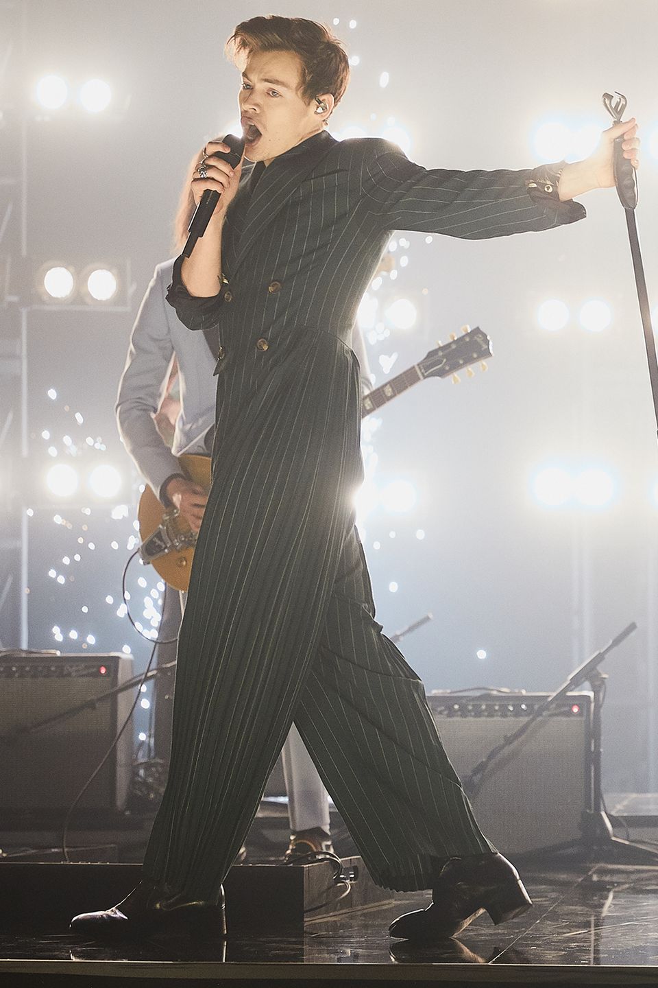 <p>I can't tell if this <em>Late Late Show </em>suit is a suit or a onesie (onesie Harry I'm 😩 ) but either way I'm here for it. </p>