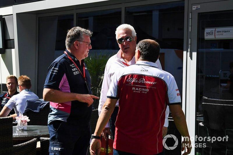 "Otmar Szafnauer, Director General, Racing Point, Lawrence Stroll, Propietario, Racing Point, y Frederic Vasseur, Director de Equipo, Alfa Romeo Racing<span class=""copyright"">Mark Sutton / Motorsport Images</span>"