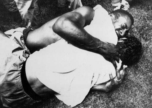 (FILES) Pele and Gerson embrace after Brazil's 4-1 win over Italy in the 1970 World Cup final